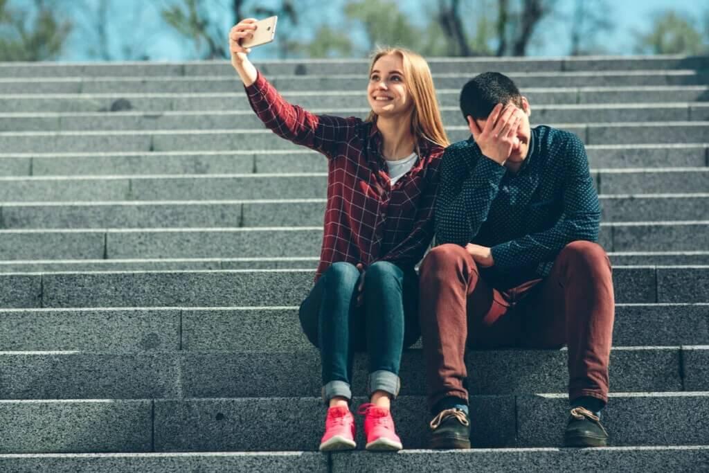 A distância patológica entre o que sentimos e o que mostramos nas redes sociais