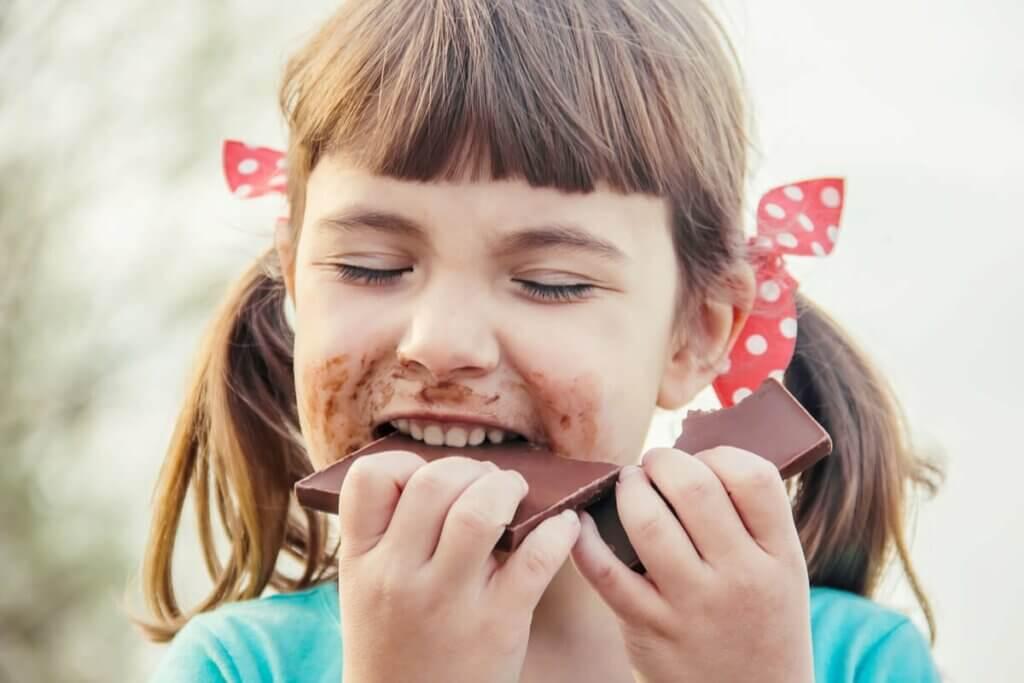Menina comendo chocolate