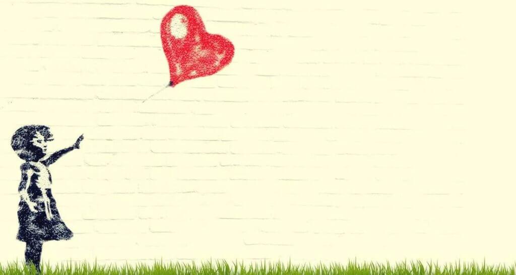 Criança com balão de coração