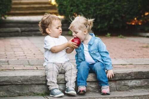 Crianças compartilhando maçã
