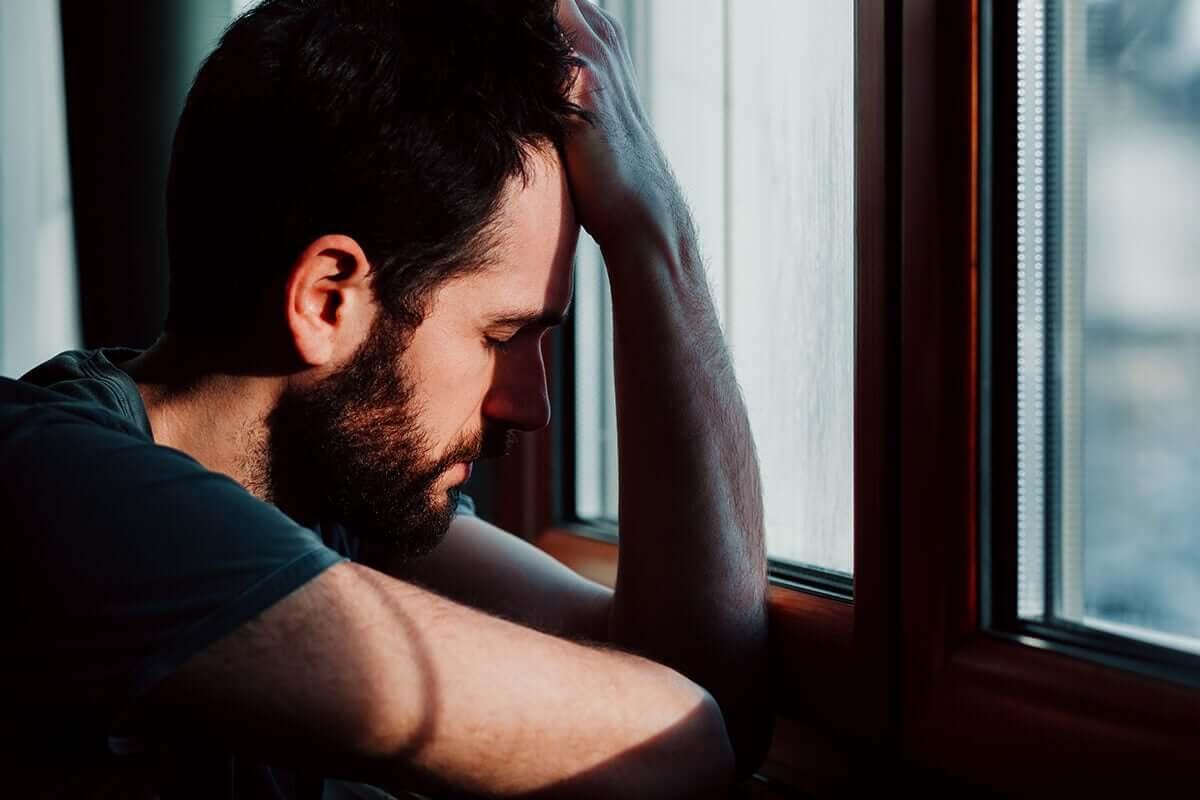 Homem tendo crise de ansiedade