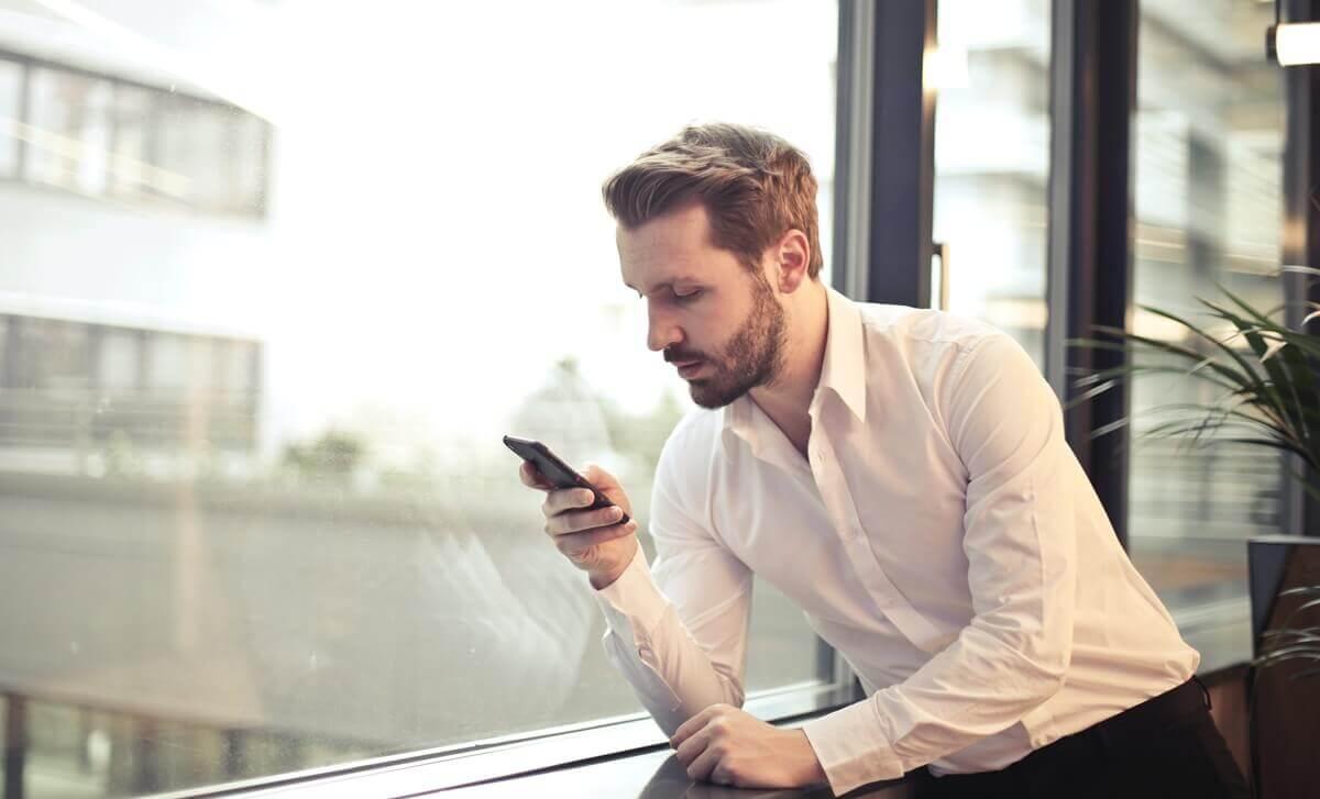 Homem no celular