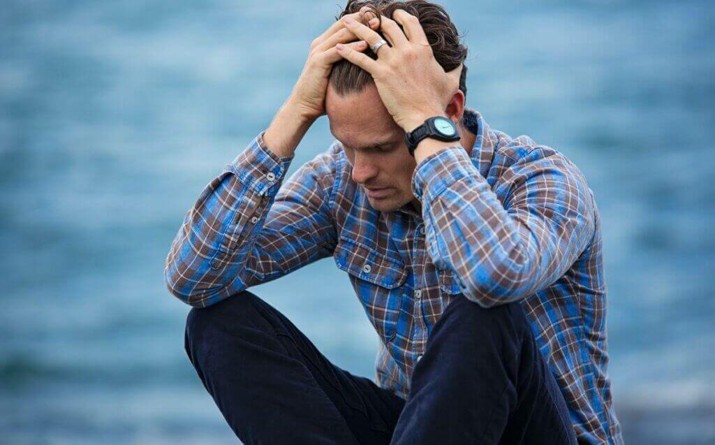Homem em crise preocupado