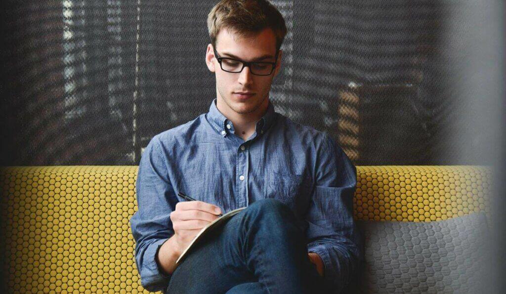 Homem estudando