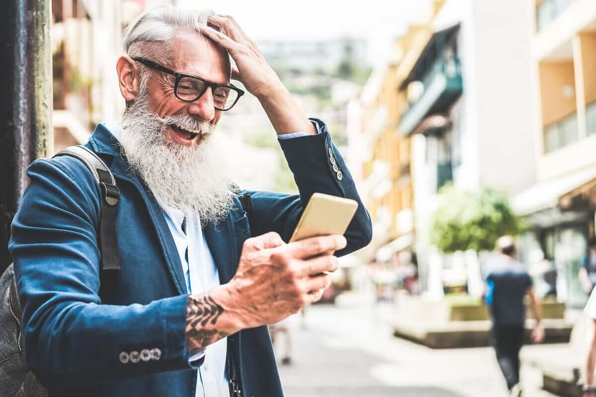 Homem idoso no celular