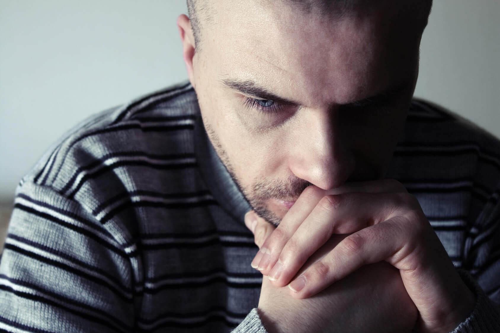 Homem pensando na ex namorada