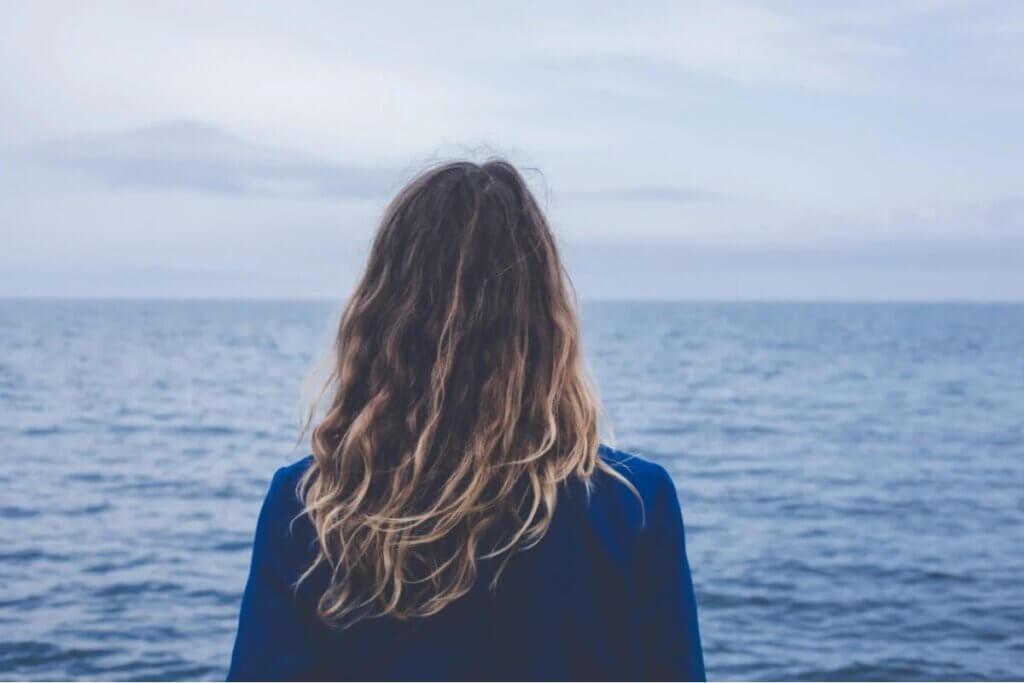 Jovem observando o mar