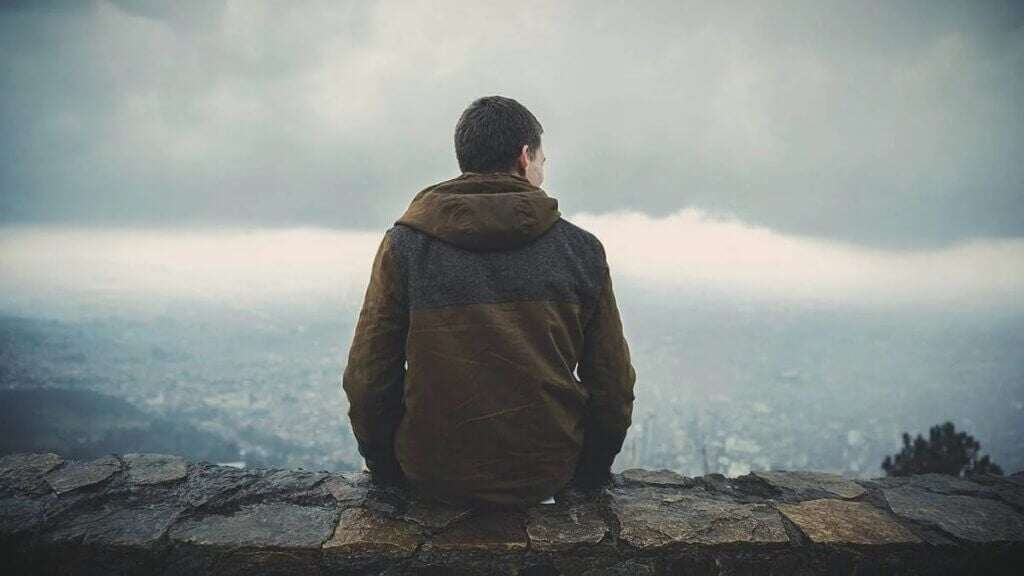 Jovem contemplano paisagem
