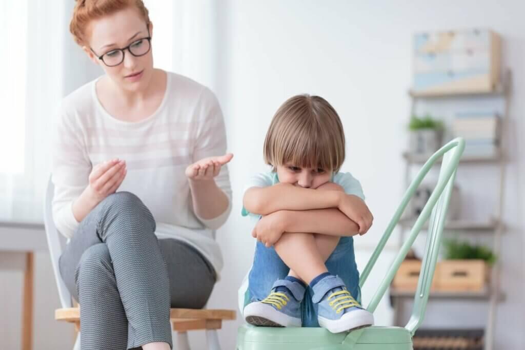 Mãe falando com filho pequeno
