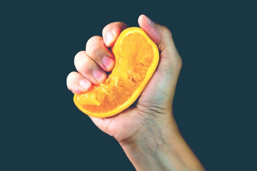A metáfora da laranja: o que sai de você quando a vida te aperta?