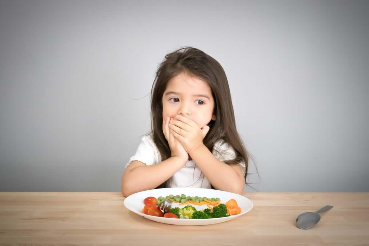 Menina recusando alimentos