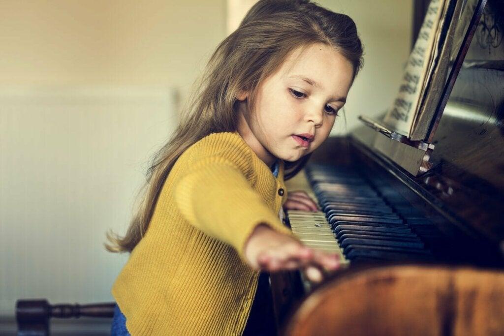 Menina tocando piano: no grupo dos gênios e superdotados?
