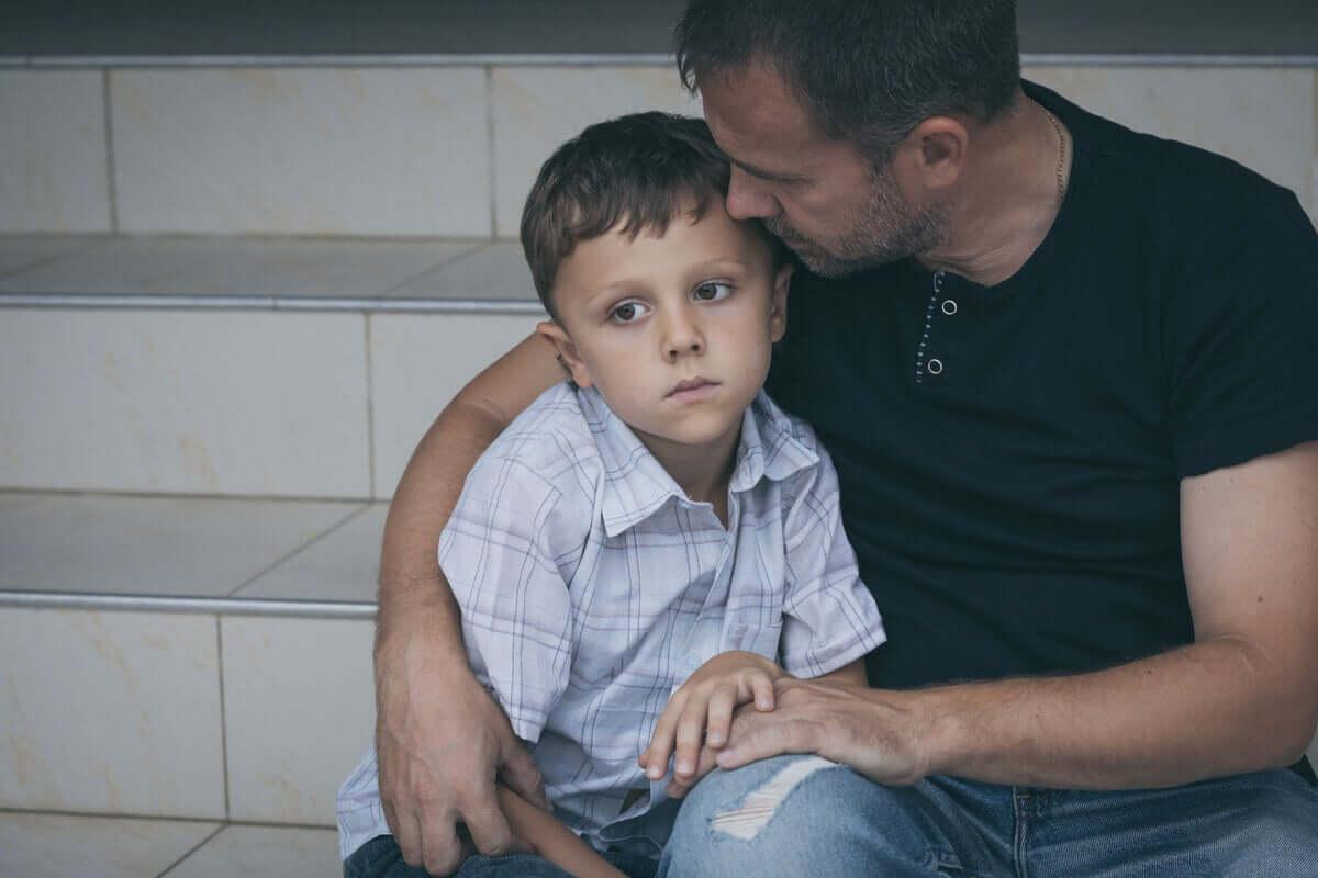 Pai acalmando o filho