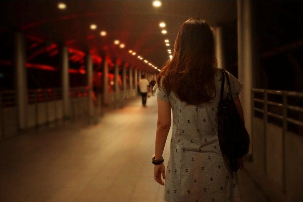 Mulher caminhando com medo