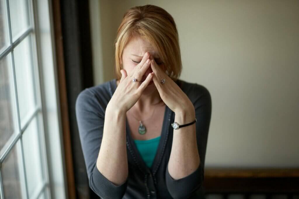 Mulher tendo crise emocional