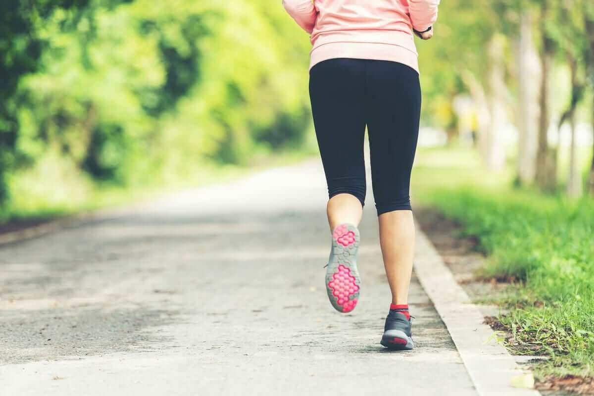 Mulher correndo em parque
