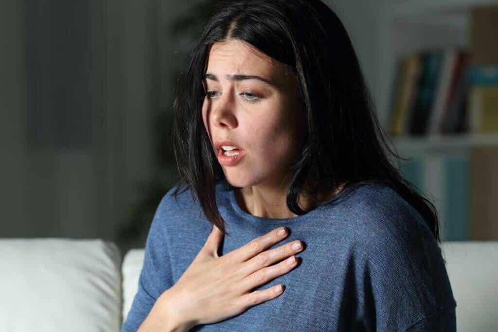 Mulher tendo ataque de pânico