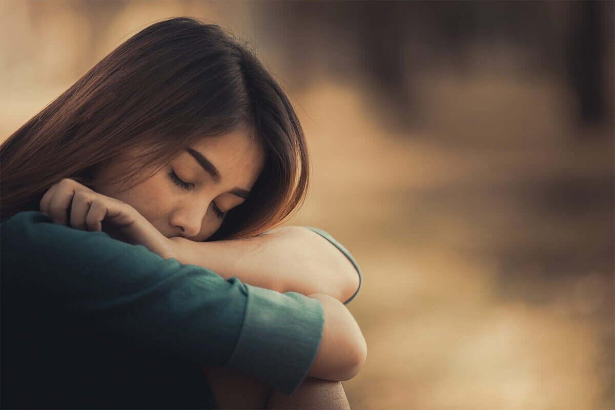 Mulher triste sentada