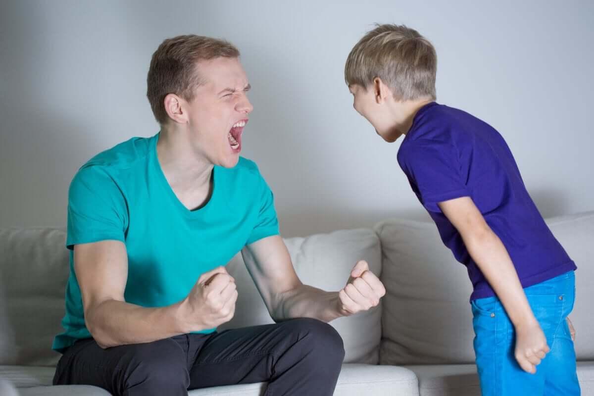 Pai e filho brigando