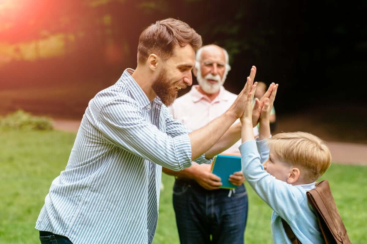 Pai parabenizando o filho