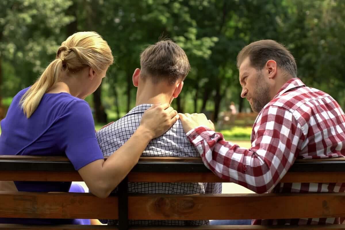 Pais apoiando seu filho adolescente