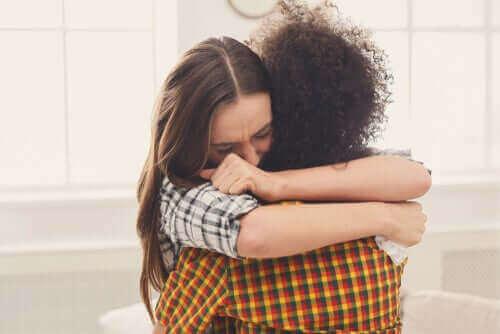 Amigas abraçadas