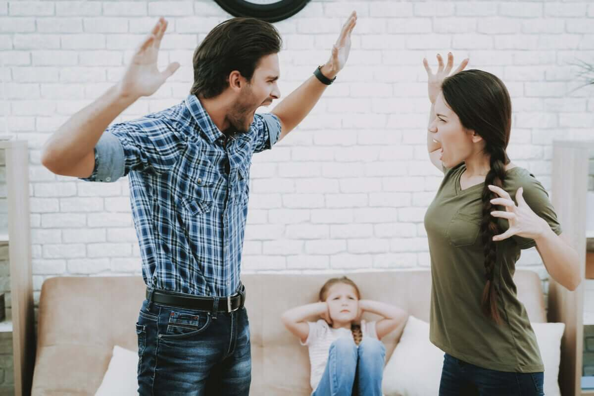 Casal brigando diante da filha