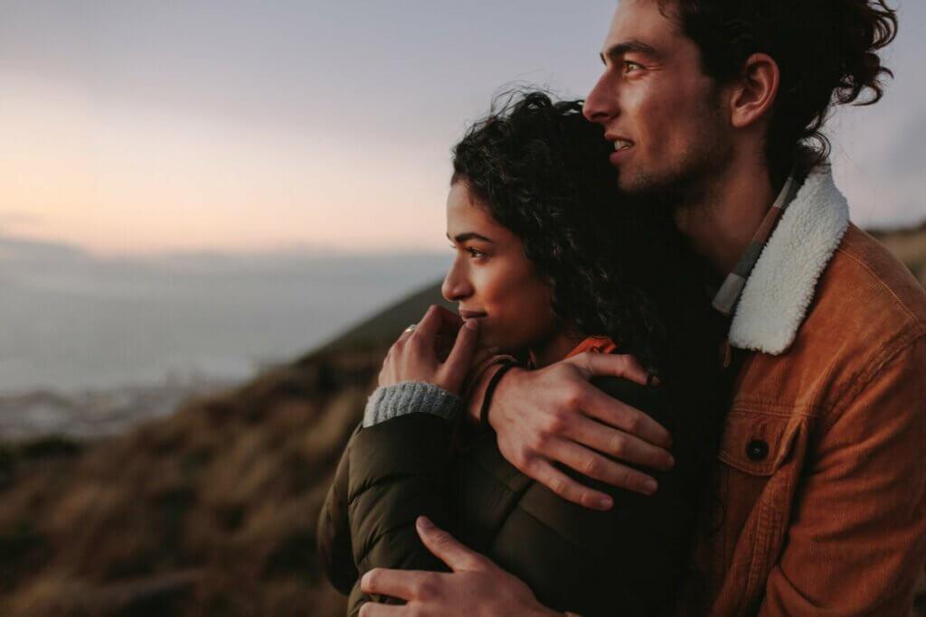 Casal observando o horizonte