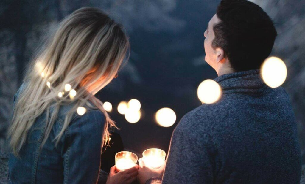 Casal com velas e luzes