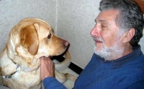 Elliot com o seu cachorro