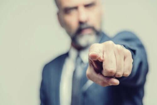 A falácia ad hominem: quando atacam sem argumentos