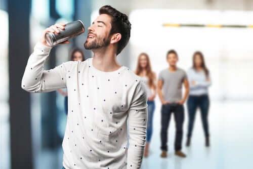 Homem tomando energético