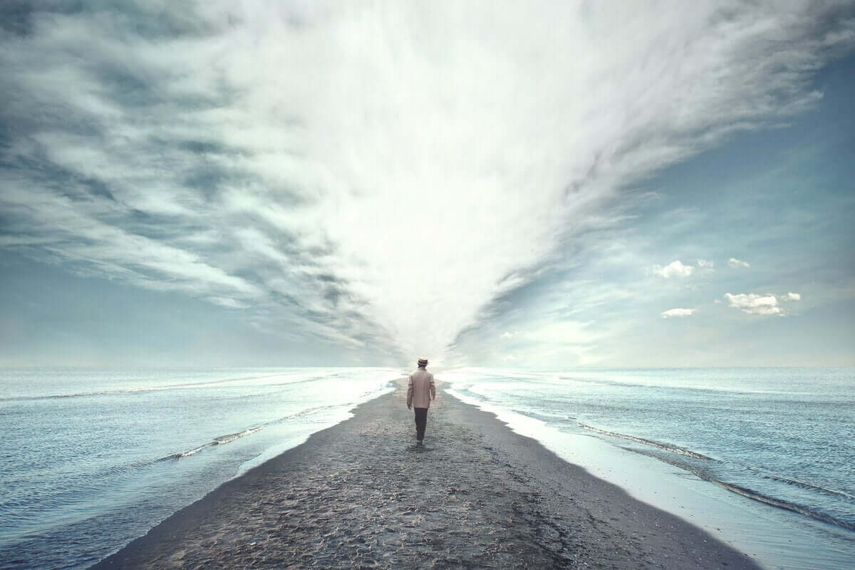 Homem caminhando na areia