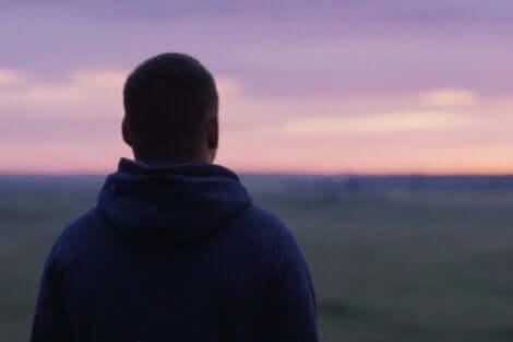 Homem observando o horizonte