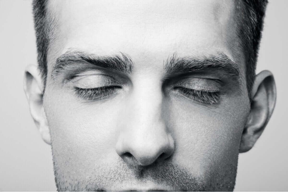 Homem de olhos fechados