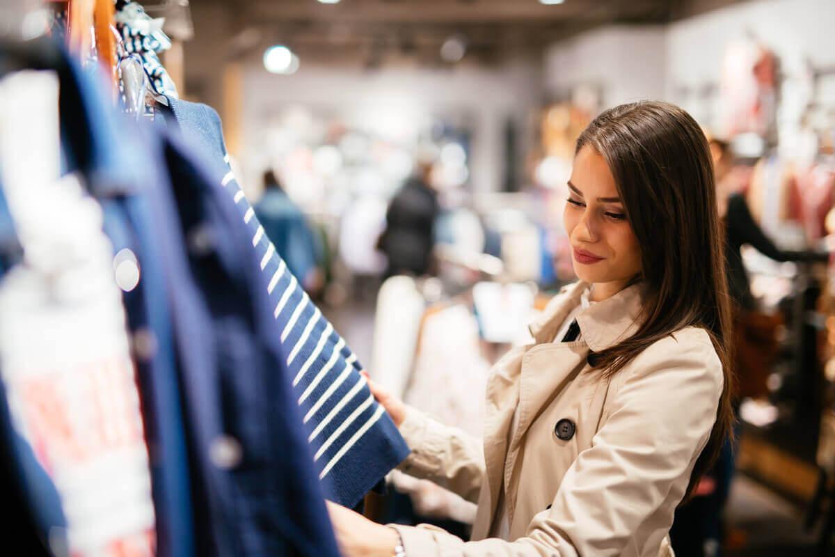 Jovem em loja de roupas