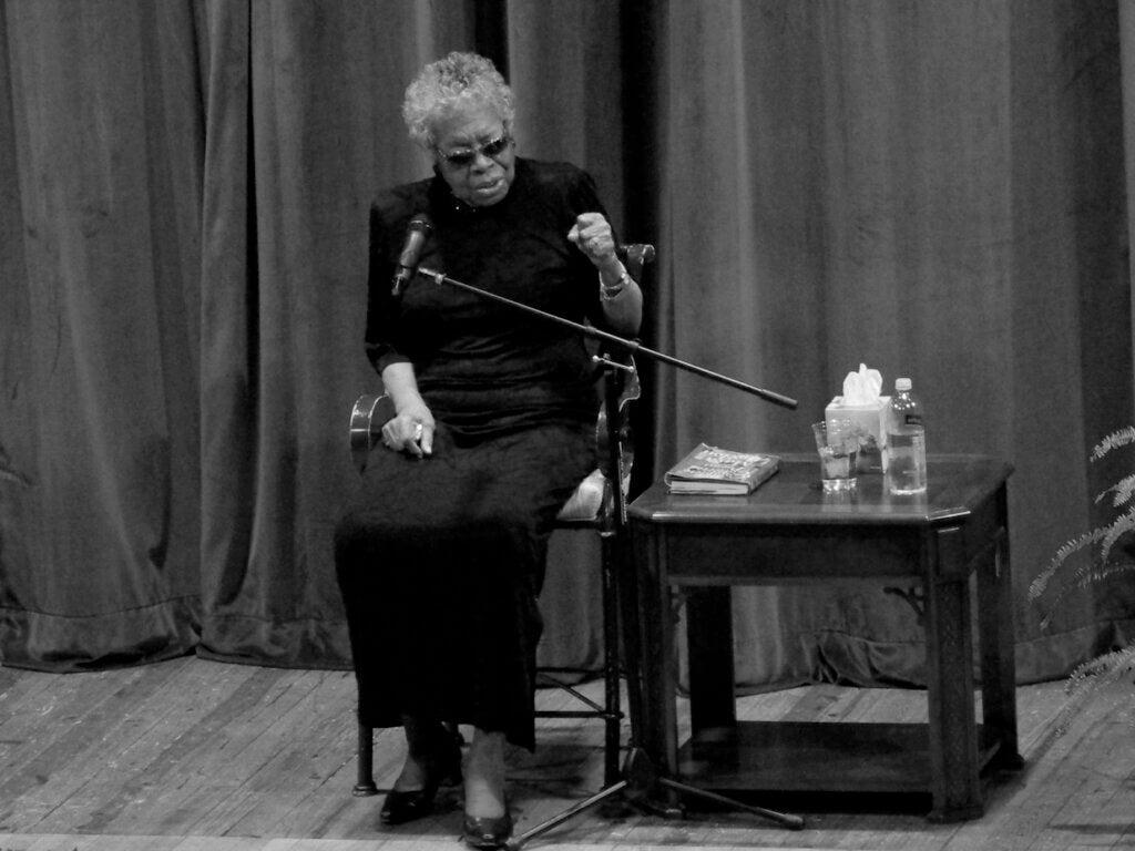 Maya Angelou recitando