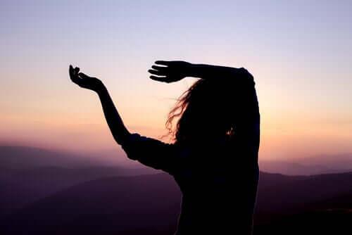Mulher dançando ao entardecer