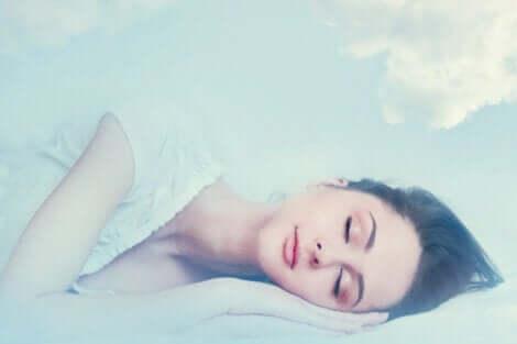 Mulher dormindo e sonhando