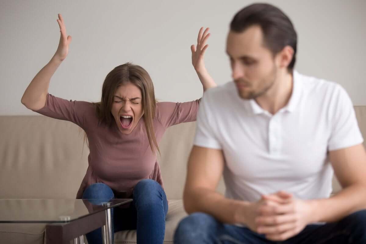 Mulher gritando descontrolada