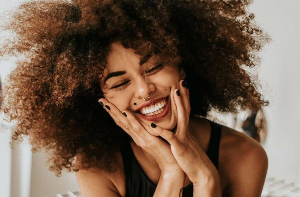 Mulher sorrindo com leveza