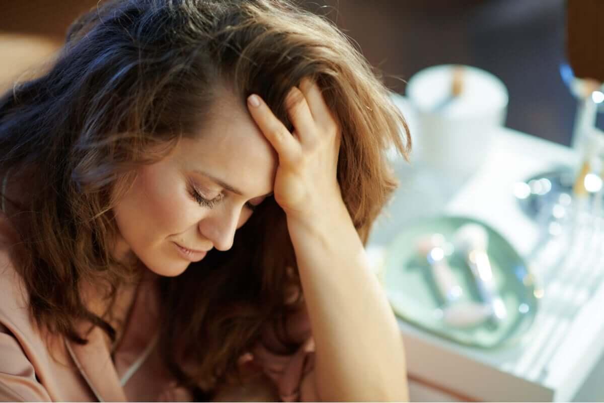 Mulher triste com prática do autoabuso