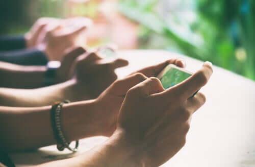 Pessoas usando o celular