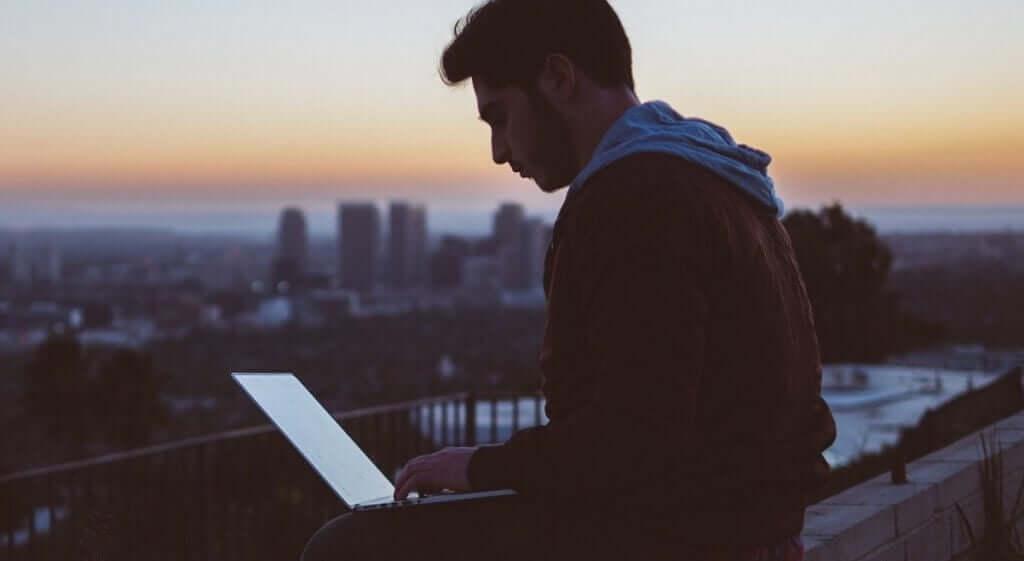 Rapaz trabalhando em notebook