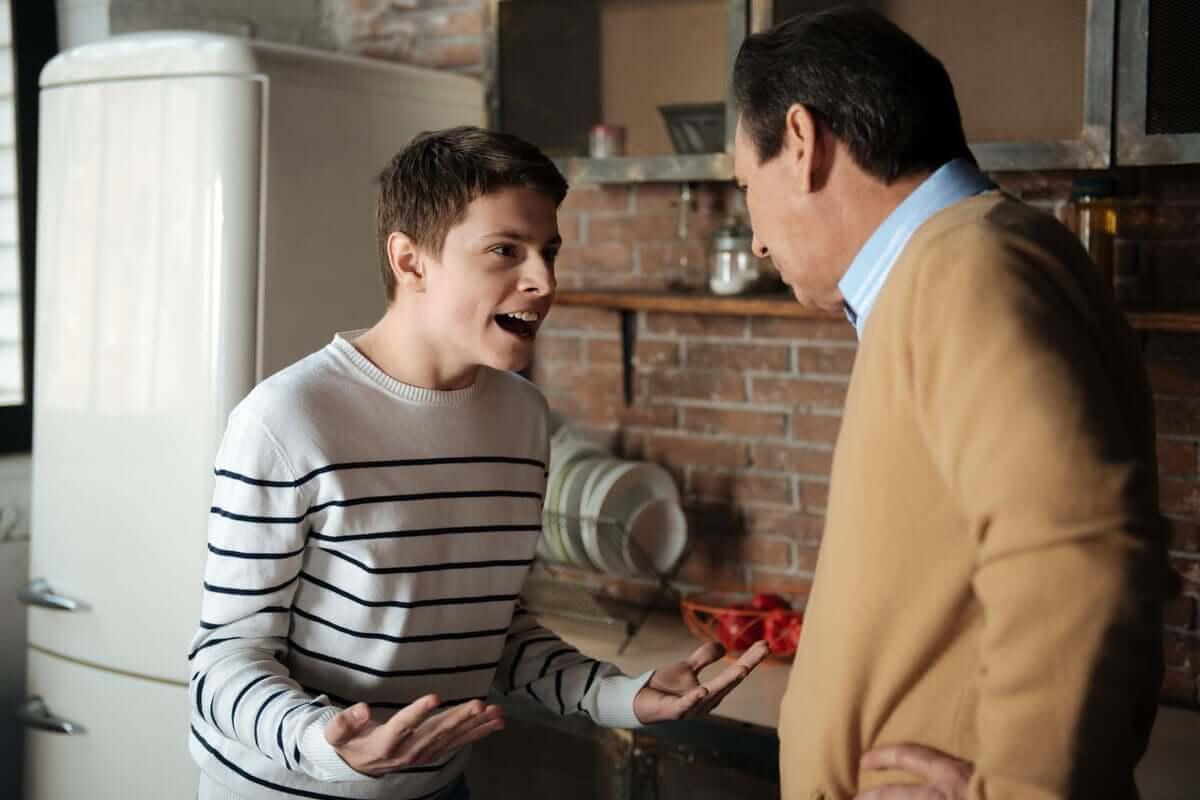 Adolescente discutindo com o pai