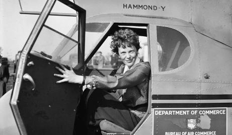 Amelia Earhart em avião