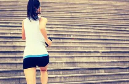 Garota correndo em escadas