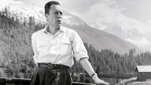 Albert Camus diante de paisagem
