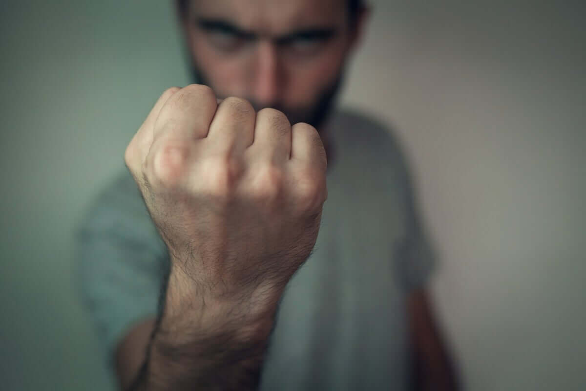Homem agressivo