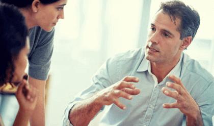 A linguagem corporal das pessoas controladoras